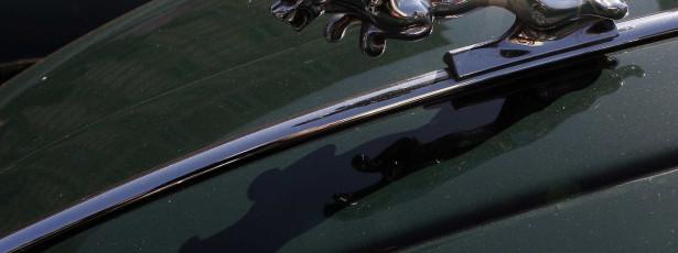 Reflexo do sol em prédio derrete Jaguar estacionado