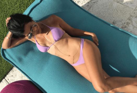 Kourtney Kardashian shows off her bikini body