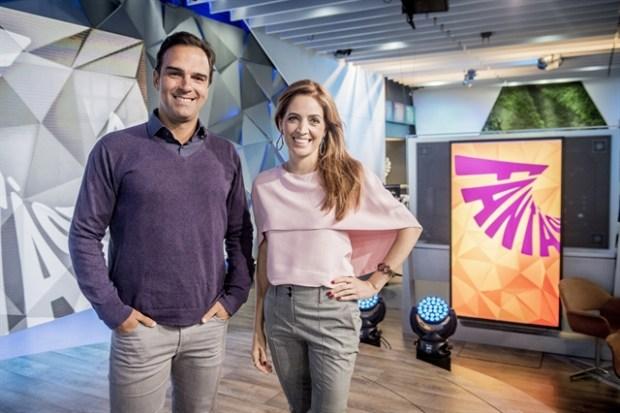 """Tadeu Schmidt e Poliana Abritta no estúdio do """"Fantástico"""" (Foto: Globo/João Cotta)"""