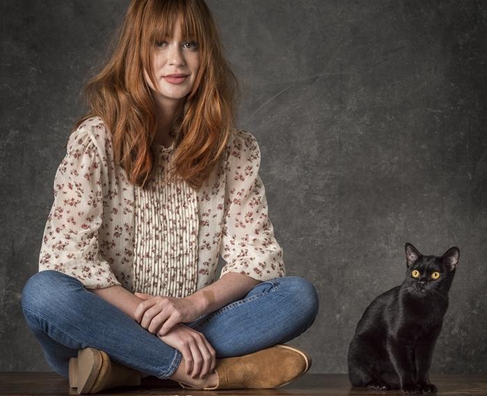 Luz (Marina Ruy Barbosa) e o gato León em O Sétimo Guardião (Foto: Globo/João Cotta)