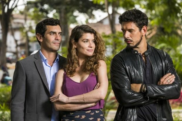 Marcelo (Nikolas Antunes), Alain (João Vicente) e Isabel (Alinne Moraes) em Espelho da Vida (Foto: Globo/João Miguel Júnior)