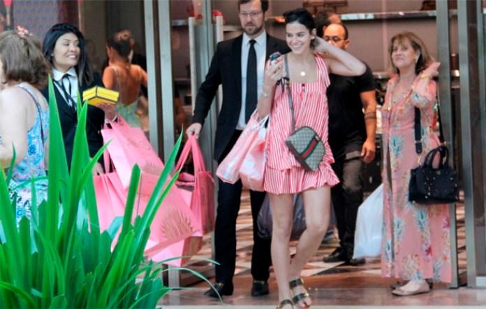 Bruna Marquezine faz compras para o Natal (Foto: Divulgação)