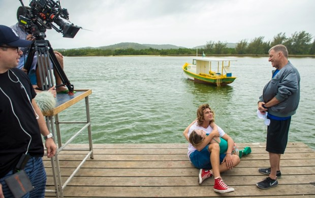 Jorge Fernando ensaia cena com Isabelle Drummond e Rafael Vitti em gravação de Verão 90 em Cabo Frio, região dos Lagos, no Rio (Foto: Globo/João Cotta)
