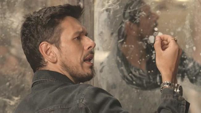 Alain encontra anel de Cris em Espelho da Vida (Foto: Reprodução)