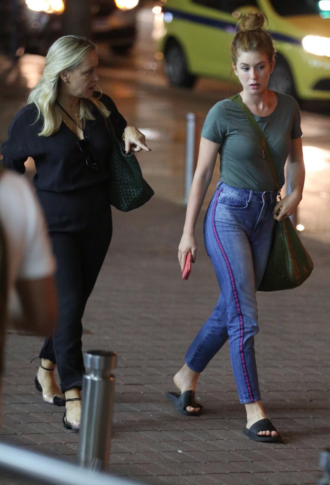 Marina Ruy Barbosa passeia em shopping com a mãe (Foto: Thiago Martins/AgNews)