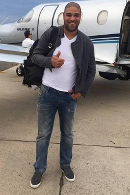 Adriano Imperador ao lado de seu jatinho (Foto: Reprodução/Instagram)