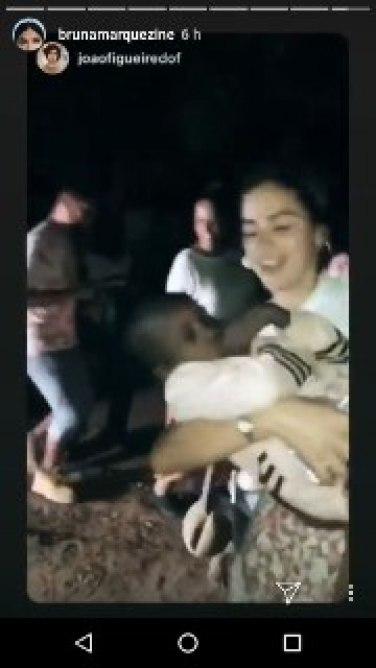 Bruna Marquezine dançou com uma criança no colo (Foto: Reprodução/Instagram)