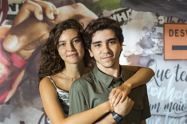 Rita (Alanis Guillen) e o amigo Tadeu (João Fernandes) em Malhação: Toda Forma de Amar (Foto: Globo/Estevam Avellar)