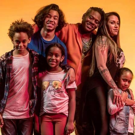 MC Sapão, a esposa Alessandra Araújo e os filhos (Foto: Reprodução)