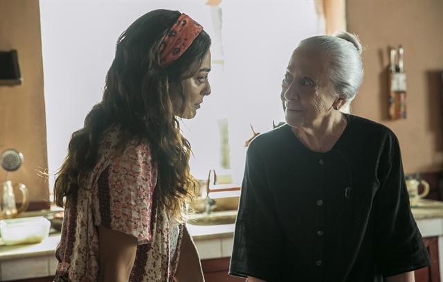 Maria da Paz (Juliana Paes) e Dulce (Fernanda Montenegro) em cena de A Dona do Pedaço (Foto: Globo/Raquel Cunha)