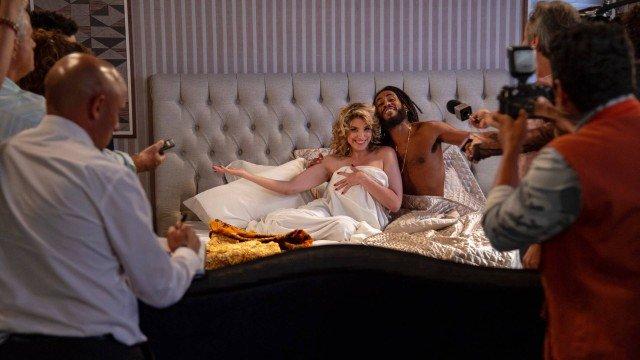 Ticiano e La Donna na cama em Verão 90 (Foto: Ellen Soares/ Globo/ Divulgação)