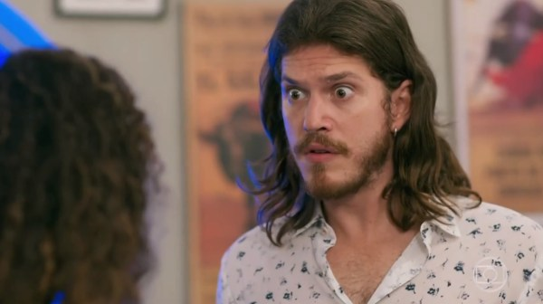 Quinzinho (Caio Paduan) não aguentará mais esconder a verdade de todos na novela Verão 90 da Globo