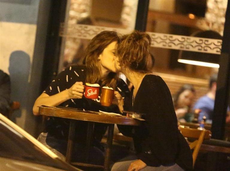Fernanda Gentili e Priscila Montandon foram vistas trocando beijos e abraços em um barzinho no Rio De Janeiro (Foto: Reprodução)