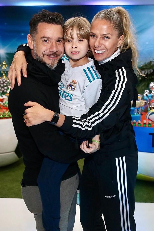 A atriz e apresentadora Adriane Galisteu, seu marido, o empresário Alexandre Iodice e o filho do casal, Vittorio (Foto: Divulgação)