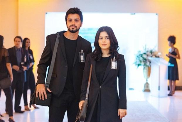 Bruno (Rodrigo Simas) e Laila (Julia Dalavia) no casamento de Jamil e Dalila em Órfãos da Terra (Foto: Globo/Artur Meninea)