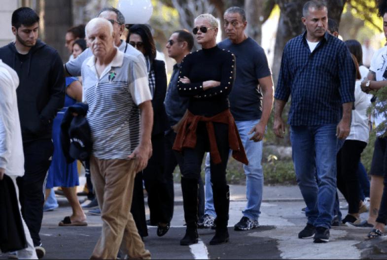 Xuxa e Marlene Matos vão enterro de amigo (Foto: Reprodução)