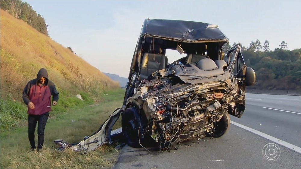Van da Banda Sampa Crew é atingida por um carro na contra-mão e deixa um morto e nove feridos em acidente (Imagem: G1)