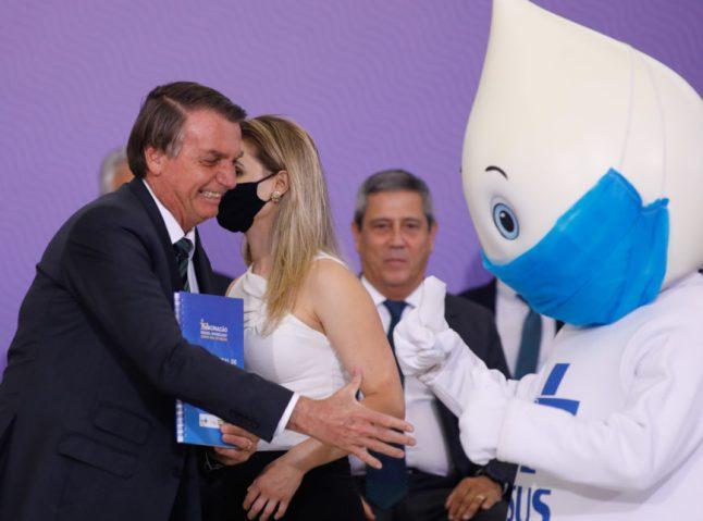 Bolsonaro oferece aperto de mão, mas Zé Gotinha não retribui | Poder360