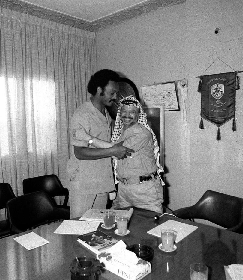 Yasser Arafat, à droite, et le révérend Jesse Jackson s'embrassent à Beyrouth, au Liban, en 1979.
