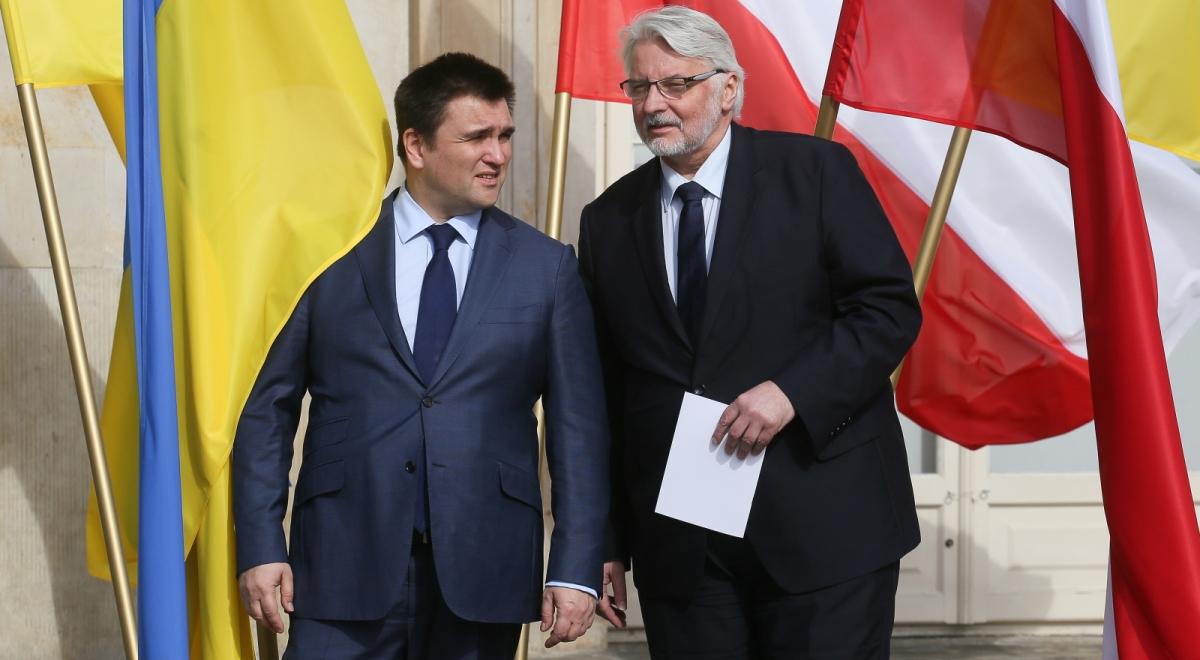 Minister spraw zagranicznych Witold Waszczykowski (P) i szef MSZ Ukrainy Pawło Klimkin (L) podczas podczas uroczystości powitania w Łazienkach Królewskich w Warszawie