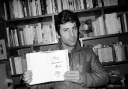 Andre Saraiva showing his inscription to Olivier Zahm in his giftCatcher in…