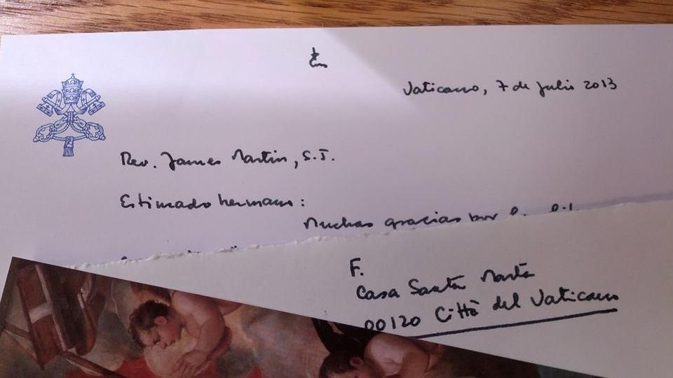 """DE LA PAPA.  El P. James Martin consigue un """"gracias"""" nota escrita a mano por el Papa Francis.  Foto cortesía del P. James Martin"""