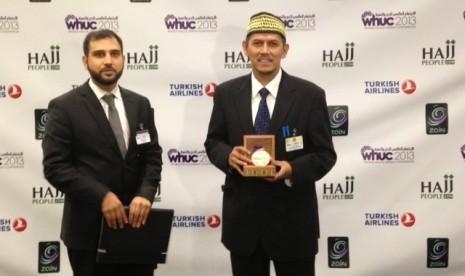 Anggito Abimanyu menerima penghargaan untuk Indonesia sebagai penyelenggara haji terbaik dunia di London, Inggris, Selasa (21/5)