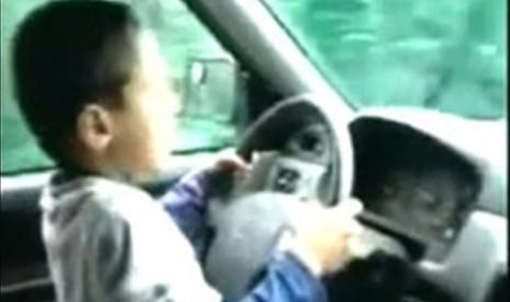 Bocah tujuh tahun mengendarai mobil neneknya