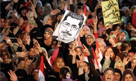 Demonstran Ikhwanul Muslimin menggelar aksi demonstrasi menentang penggulingan Presiden Muhammad Mursi di halaman Masjid Rabaa Al Adawiya, Kairo, Mesir.