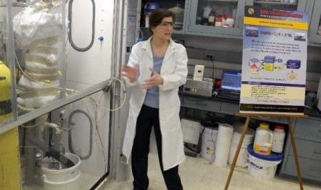 Dr. Heather Willauer dari NRL menjelaskan teknologi berbahan bakar air