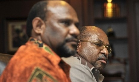 Gubernur Papua Lukas Enembe (kanan) dan Ketua Majelis Rakyat Papua Timotius Murip.
