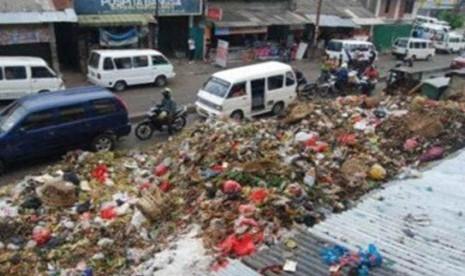Gunungan sampah di Pasar Ciputat Tangsel