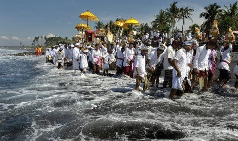 Hindus perform their religious ritual in Bali. (illustration)