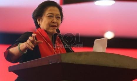 Ketua Umum PDI Perjuangan Megawati Soekarnoputri berbicara saat mengumumkan susunan pengurus DPP PDIP pada Kongres IV PDI Perjuangan di Hotel Inna Grand Bali Beach, Sanur, Bali, Jumat (10/4). (Republika/Tahta Aidilla)