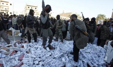 Militan ISIS memamerkan kekuatannya.