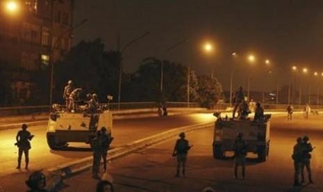 Militer Mesir bersiaga di jalanan Ibu Kota Kairo