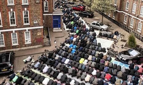 Muslim Inggris menunaikan shalat Jumat. Islam berkembang sangat pesat di negara Ratu Elizabeth tersebut.
