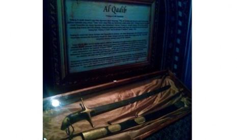 Pedang Rasulullah, Al-Qadib yang dipamerkan pada ajang Islamic Book Fair 2014 di Istora Senayan, Gelora Bung Karno, Jakarta, Jumat (28/2).