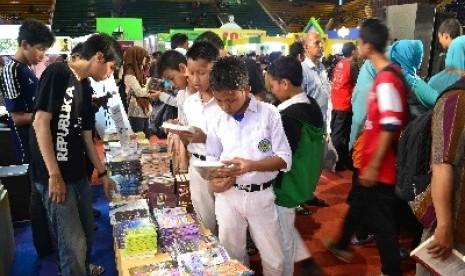 Pelajar tengah membaca buku di salah satu stan penerbit dalam ajang Islamic Book Fair (IBF) di Jakarta.
