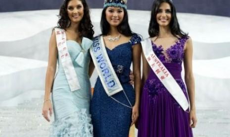 Pemenang Miss World 2012 Yu Wenxia dari Cina, dengan runner up Sophie Moulds (kiri) dan Jessica Kahawaty (kanan)