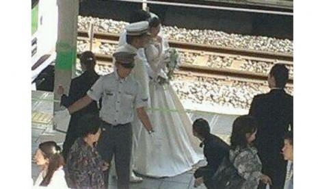 Pengantin merayakan pernikahan di jalur kereta api tersibuk di Tokyo