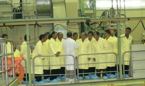 Peserta Workshop Teknologi Keselamatan PLTN berkunjung ke Reaktor Serba Guna GA Siwabessy (19/6-batan.go.id)