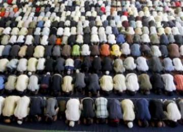 Ribuan Muslim Spanyol shalat berjamaah di sebuah masjid di Barcelona (Ilustrasi)
