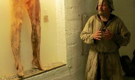 Salah satu replika celana dari kulit manusia yang dipajang di Strandagaldur, the museum of icelandic