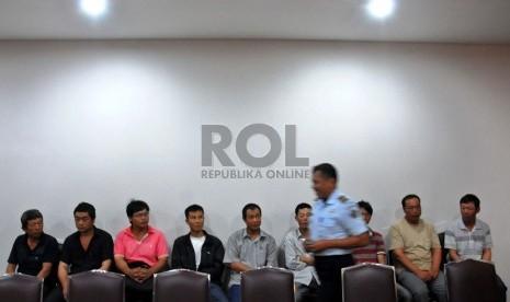 Sembilan warga negara Cina yang tidak memiliki izin bekerja ditangkap Tim Direktorat Jendral Imigrasi di kantor Imigrasi, Jakarta, Rabu (30/1).  (Republika/Tahta Aidilla)