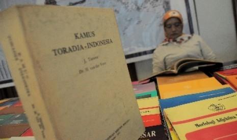 Seorang perempuan membaca salah satu buku sastra daerah dalam Kongres Internasional II Bahasa-bahasa Daerah Sulawesi Selatan di Makassar (ilustrasi).