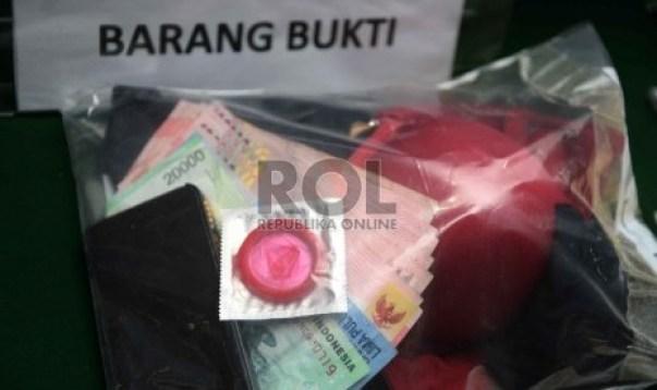 Tersangka dan barang bukti ditunjukkan saat release prostitusi online di Direktorat Reserse Kriminal Khusus Polda Metro Jaya, Jakarta, Rabu (17/6).  (Republika/Yasin Habibi)