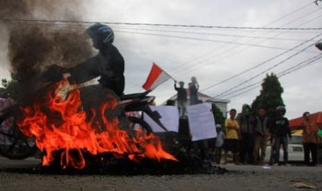 Puluhan mahasiswa saat menggelar aksi demo penolakan kenaikan harga BBM di depan kampus Universtas Negeri Gorontalo, Jumat (14/6/2013).