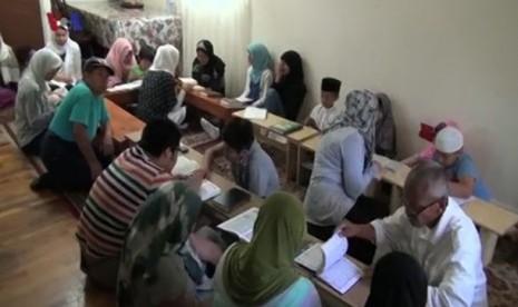 Ustaz Indonesia mengajari warga AS mengaji.