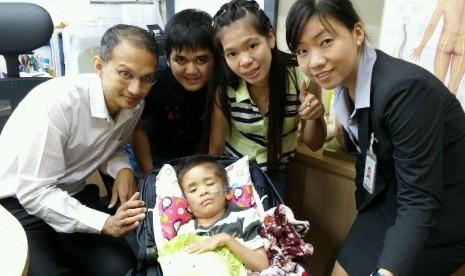 Vincent Jonathan, orang tua dan tim dokterGleneagles Hospital Singapura